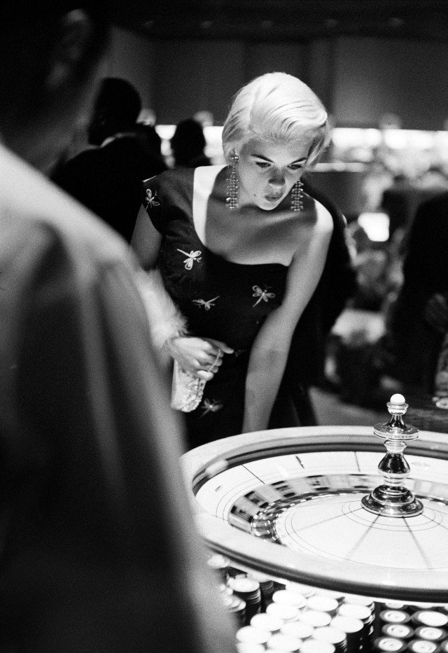 Frank Worth, Jayne Mansfield plays roulette in Vegas